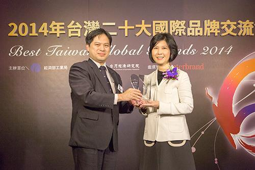 Ms. Shan-Shan Guo (right) received the trophy of Best Taiwan Global Brands from Dr. Ming-Ji Wu (left), Director General of Industrial Development Bureau.
