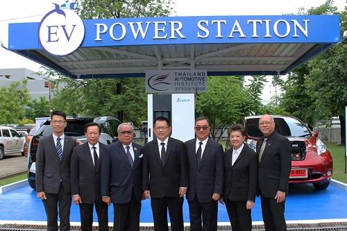 (Third from the right) Mr. Hsieh Shen-yen, President of Delta Electronics (Thailand) PCL. with other industry executives in front of the EV charging station