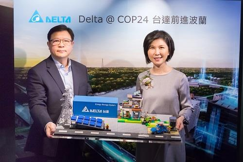 Mr. Victor Cheng (left), Delta's senior vice-president and GM of its ICTBG, and Ms. Shan-Shan Guo, Delta's chief brand officer and executive director of the Delta Electronics Foundation, showcased the low carbon city vision made of LEGO bricks.