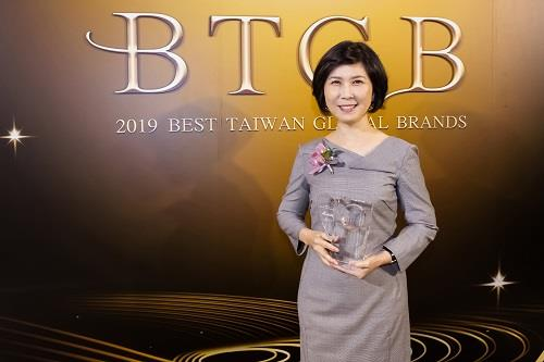 Chief brand officer Ms. Shan Shan Guo received the Taiwan Top 20 Global Brands award on behalf of Delta.